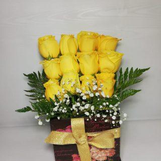 Arreglo floral caja con rosas- desayunos y detalle express. desayunossorpresas.com